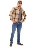 Hombre latino en casquillo y gafas de sol de la camisa de la franela Foto de archivo libre de regalías