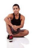 Hombre latino joven y hermoso, asentado en suelo Fotos de archivo