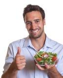 Hombre latino que recomienda la ensalada fresca Fotografía de archivo