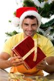 Hombre lindo con el regalo de la Navidad Fotografía de archivo