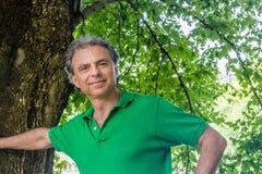 Hombre lindo debajo de un árbol imagen de archivo libre de regalías