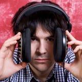 Hombre lindo joven con los auriculares grandes Imagen de archivo