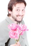 Hombre lindo que ofrece rosas rosadas fotos de archivo