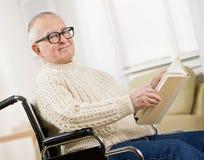 Hombre lisiado en sillón de ruedas Fotos de archivo