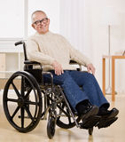 Hombre lisiado en sillón de ruedas Imagen de archivo