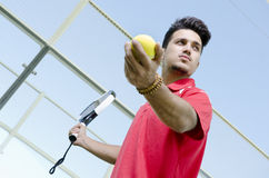 Hombre listo para el servicio del tenis de la paleta Fotografía de archivo libre de regalías
