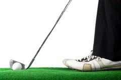 Hombre listo para golpear la pelota de golf Imagen de archivo