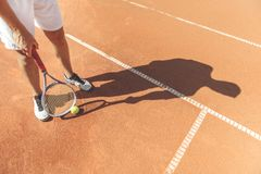 Hombre listo para jugar a tenis Fotografía de archivo