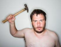 Hombre listo para utilizar el martillo Fotos de archivo