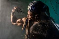 Hombre lobo fuerte, demonio entre los árboles foto de archivo libre de regalías