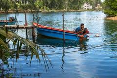 Hombre local en el pueblo del pescador fotografía de archivo libre de regalías