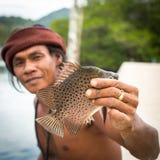 Hombre local en el pueblo del pescador La isla está en el golfo de Tailandia imágenes de archivo libres de regalías