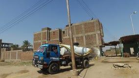 Hombre local que conduce el camión del tanque de agua almacen de metraje de vídeo