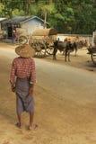 Hombre local que se coloca en la calle, Mingun, Myanmar Foto de archivo libre de regalías