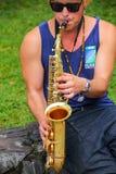 Hombre local que toca el saxofón en el del Sacramento, Uruguay de Colonia Imagenes de archivo