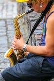 Hombre local que toca el saxofón en el del Sacramento, Uruguay de Colonia Imagen de archivo libre de regalías