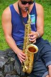 Hombre local que toca el saxofón en el del Sacramento, Uruguay de Colonia Fotografía de archivo
