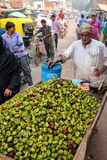 Hombre local que vende singhara de las castañas de agua en el marke de la calle Fotografía de archivo