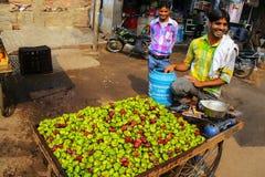 Hombre local que vende singhara de las castañas de agua en el marke de la calle Foto de archivo