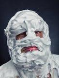 Hombre loco con la cara totalmente en afeitar espuma Foto de archivo libre de regalías