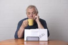 Hombre maduro con con los problemas de las finanzas Imagen de archivo libre de regalías