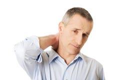 Hombre maduro con dolor de cuello Imagen de archivo