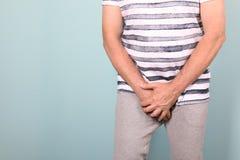 Hombre maduro con los problemas urológicos que sufren de dolor fotografía de archivo