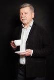 Hombre maduro con una taza de café o de té Hombre de negocios mayor Fotos de archivo libres de regalías