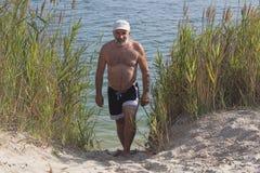 Hombre maduro en una gorra de béisbol y pantalones cortos del baño Fotografía de archivo libre de regalías