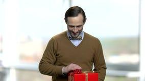 Hombre maduro feliz con la caja de regalo almacen de video