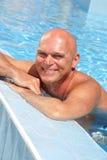 Hombre maduro feliz en la piscina Imágenes de archivo libres de regalías
