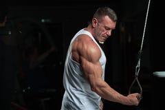 Hombre maduro fuerte que se resuelve en el gimnasio imagen de archivo libre de regalías