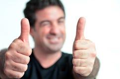 Hombre maduro joven feliz que muestra los pulgares para arriba Fotografía de archivo