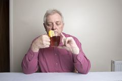 Hombre maduro que bebe té caliente Imagen de archivo