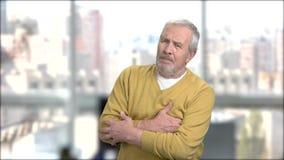 Hombre maduro que experimenta corazón-ataque almacen de metraje de vídeo