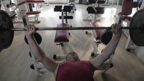 Hombre maduro que hace ejercicio de la prensa del pecho almacen de metraje de vídeo