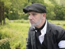 Hombre maduro que lleva la ropa francesa tradicional Imagen de archivo libre de regalías
