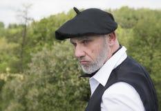Hombre maduro que lleva la ropa francesa tradicional Foto de archivo