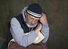 Hombre maduro que mira abajo al piso Foto de archivo libre de regalías