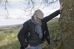 Hombre maduro que mira abajo a la tierra Foto de archivo