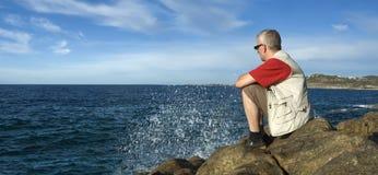 Hombre maduro que mira el mar Imagen de archivo libre de regalías