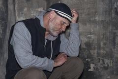 Hombre maduro que mira trastorno y preocupante Foto de archivo