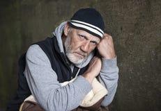 Hombre maduro que mira trastorno y preocupante Fotografía de archivo
