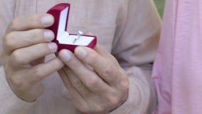 Hombre maduro que presenta el anillo de compromiso precioso con el diamante a la mujer, cierre para arriba metrajes