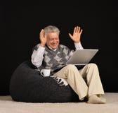 Hombre maduro que se relaja Imagen de archivo libre de regalías
