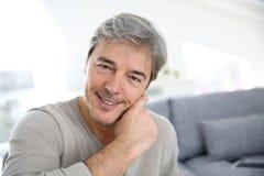 Hombre maduro que se relaja en casa Fotos de archivo libres de regalías