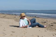 Hombre maduro que se relaja en la playa Fotos de archivo libres de regalías