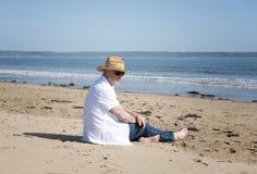 Hombre maduro que se relaja en la playa Fotografía de archivo