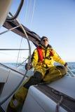 Hombre maduro que sostiene la rueda del barco de vela Foto de archivo