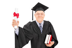 Hombre maduro que sostiene un diploma de la universidad Imagen de archivo